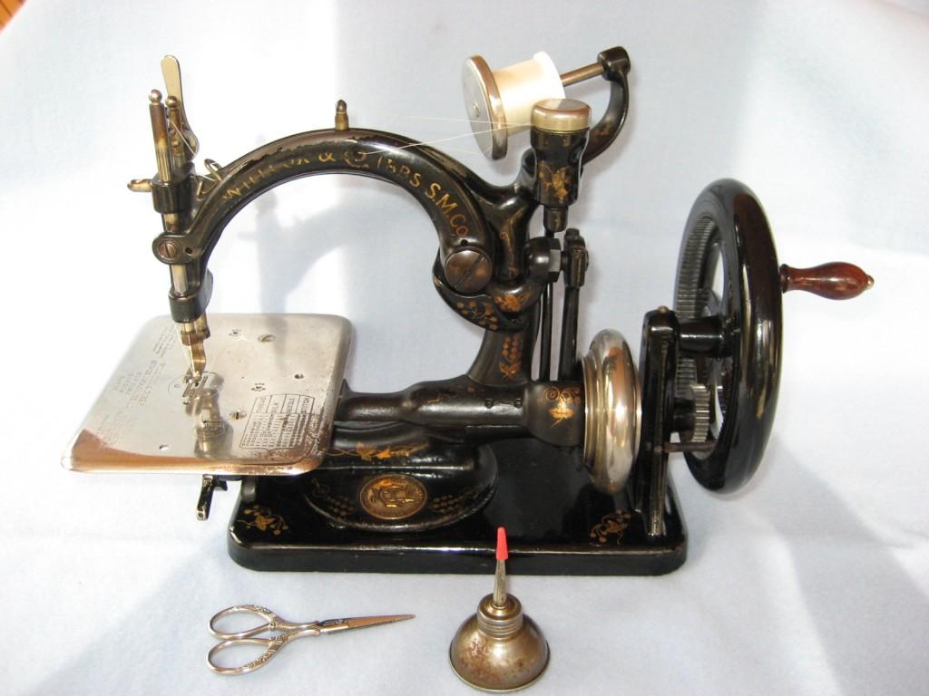 Questione di fili storia della macchina da cucire for Cucire macchina