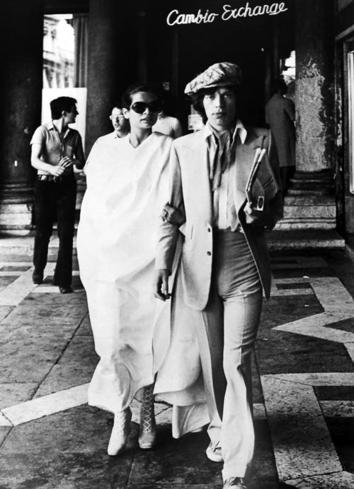 Mick Jagger, nella foto con Bianca Jagger, indossa un abito di Tommy Nutter.