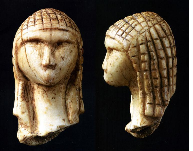 La Venere di Brassempouy  è un frammento di una statuetta in avorio risalente al Paleolitico superiore scoperto vicino Brassempouy, Francia nel 1892. Con un'età stimata di 25.000 anni è la più antica rappresentazione realistica di un volto umano mai trovata.