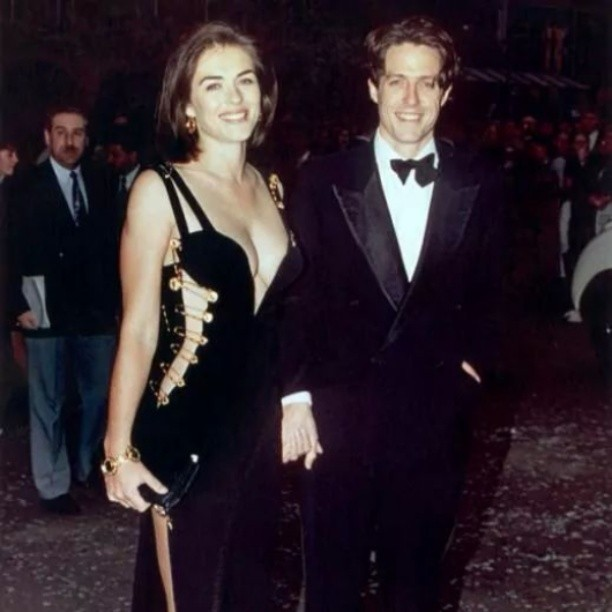 Liz Hurley and Hugh Grant in Versace #goodnight #pescaralovesfashion