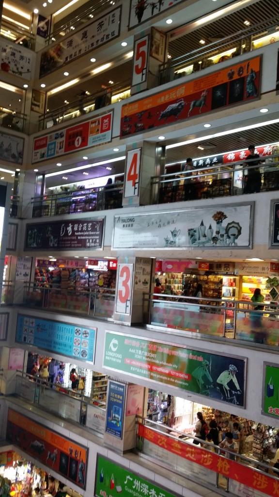 Mall cinese - 4 piani di accessori, oggettistica, souvenirs e prodotti di qualsiasi tipo per ogni eventualità