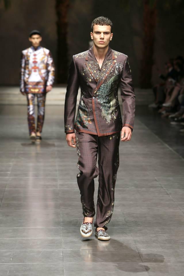 ... mondo cinese si fondono con la nostra tradizione mediterranea e  diventano il fulcro che ispira Domenico Dolce e Stefano Gabbana per la moda  uomo della ... 36a2b1e98dc